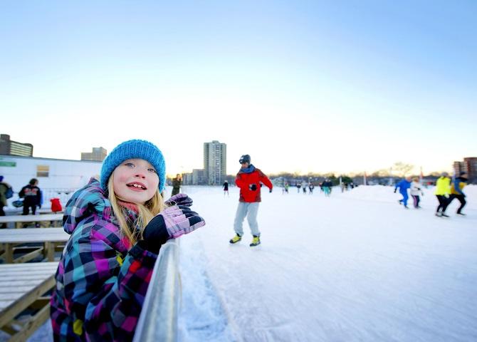 Enfants en patins, Emeral Oval, guide touristique, sport d'hiver, Nouvelle-Écosse